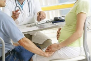Беременная женщина на приёме у врача