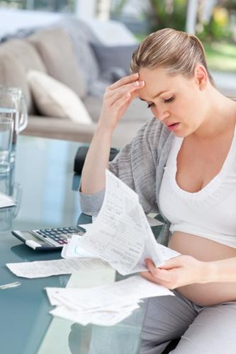 Беременная женщина читает результаты анализов