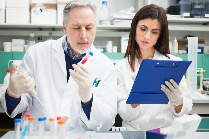 Врач исследует анализ в лаборатории