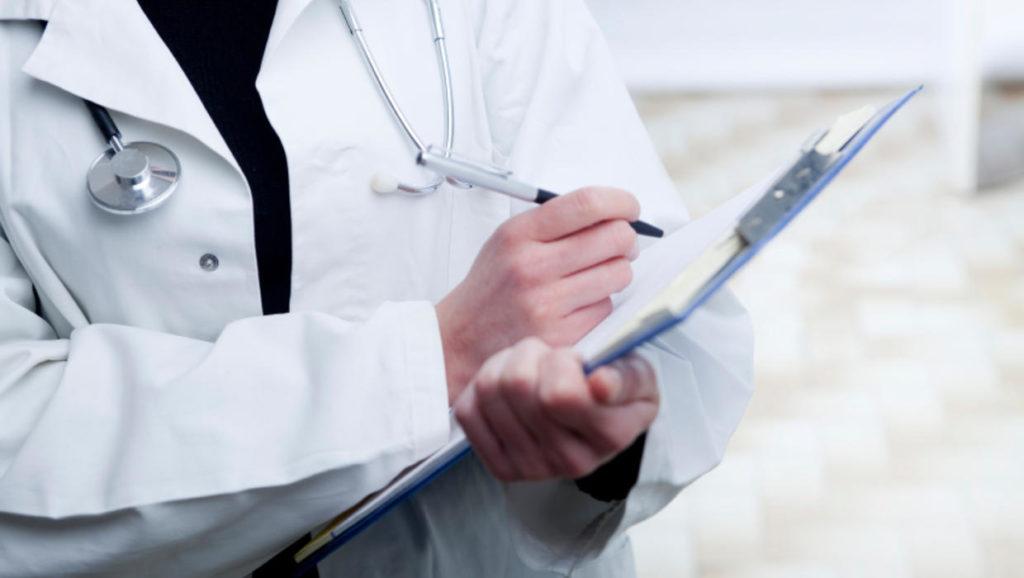 Врач пишет рекомендации пациенту
