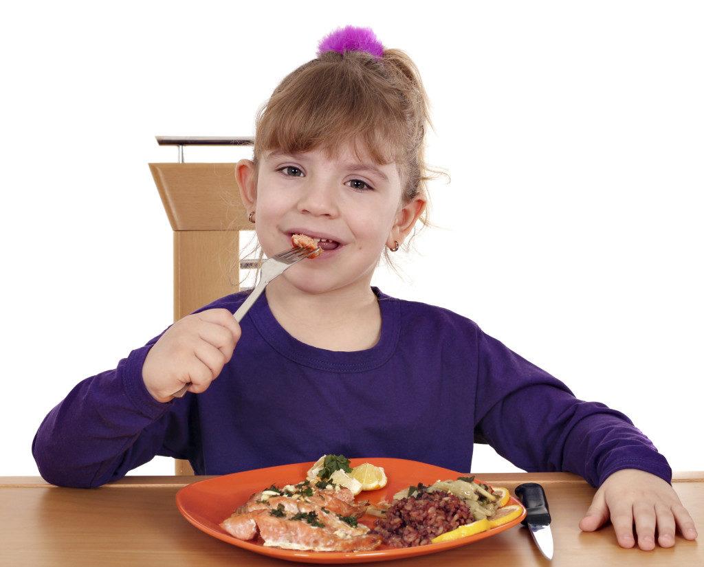 Ребёнок ест пищу богатую белками