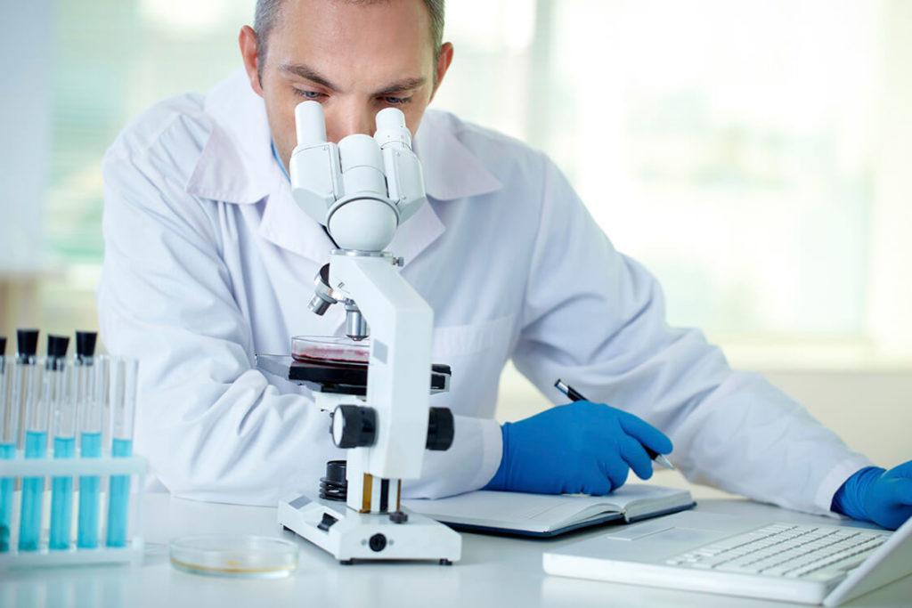 Врач исследует анализ под микроскопом