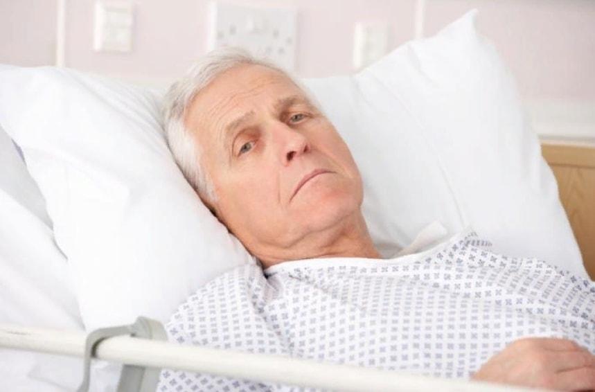 Бледный, больной пожилой мужчина